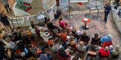 Ylhäältä otettu kuva yleisöstä Joensuun Tieteen päivillä.