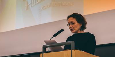 Anu Koivula pitää puheenvuoroa Helsingin yliopiston päärakennuksen salissa 1.