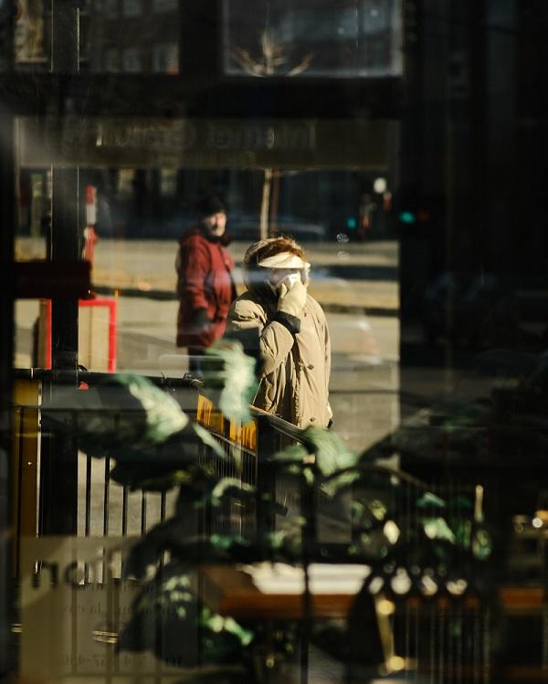 Ihminen kadulla maski kasvoilla.