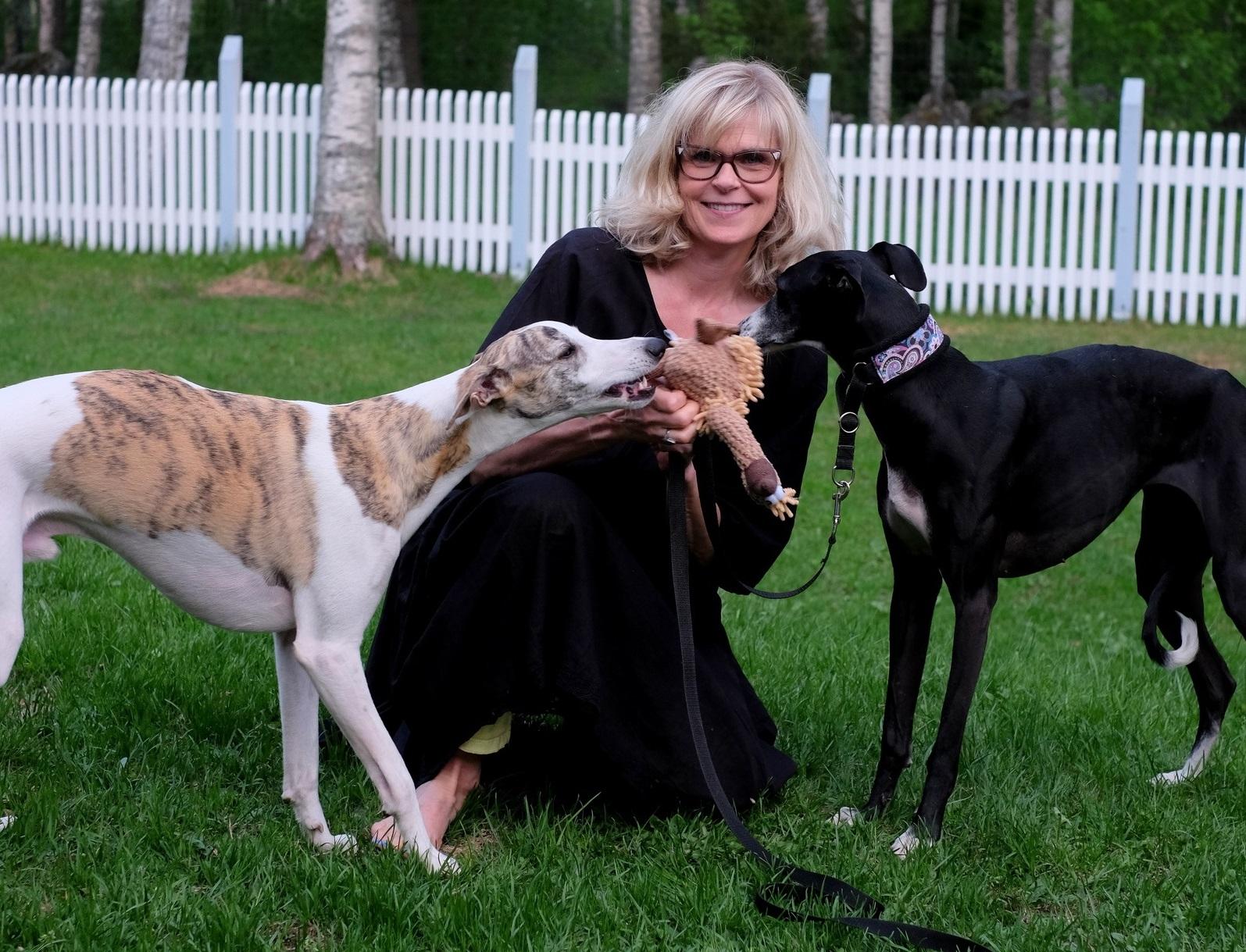 Taina Kinnunen ja kaksi koiraa.